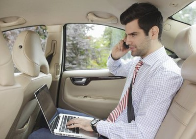 Business-Man-working-in-Car_DP_32580919_xs